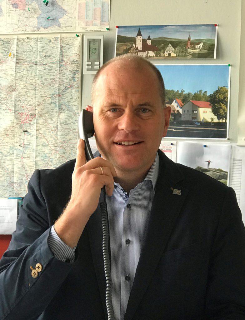 Jens Fankhänel am Telefon Zuhause in Speikern